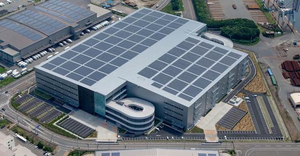 屋根借りメガソーラーで国内最大級、物流倉庫で860世帯分を発電(スマートジャパン)